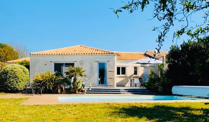 Villa 130m2, piscine chauffée privée, au calme