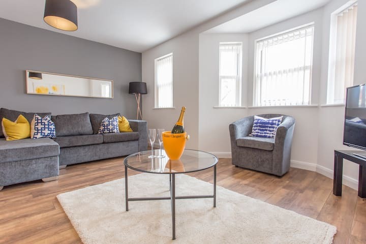 Smart Oxford duplex for 4 with parking
