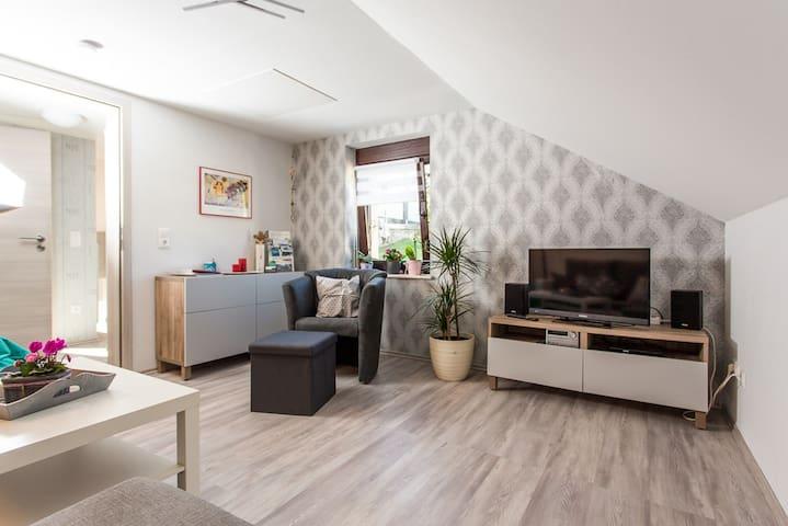 Wohnzimmer mit 32-Zoll-Flachbildfernseher, DVD-Player und Hifi-Anlage