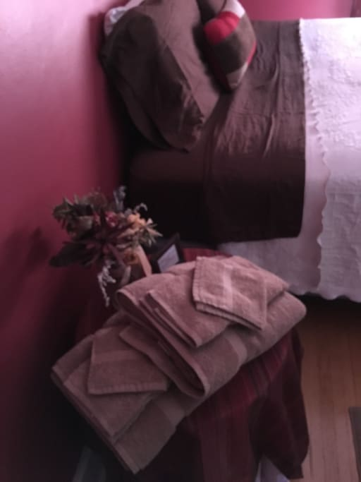 We always offer fresh linens at Maxwell House!