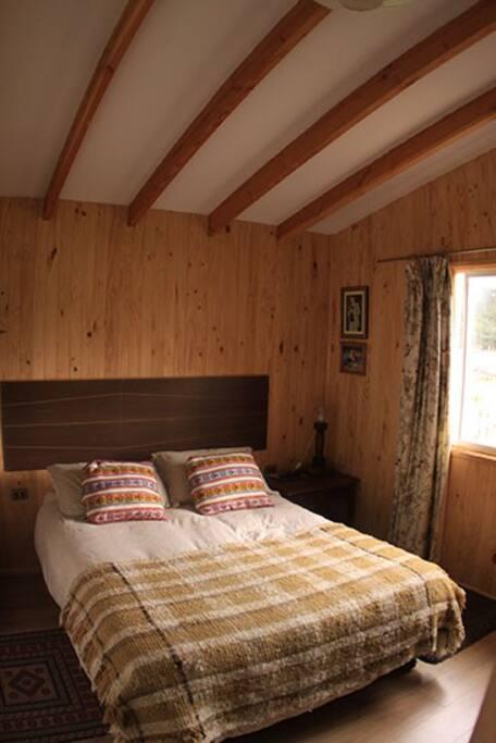 Pieza principal con cama 2plazas, closet, TV con TV Cable, vista al Volcán.