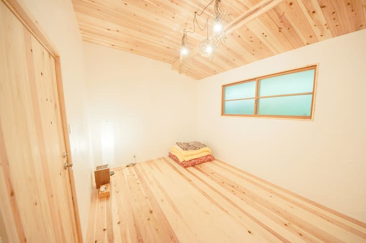 Room C 地元産の杉と漆喰のお部屋で、かずら工芸のランプシェードを設置しています。