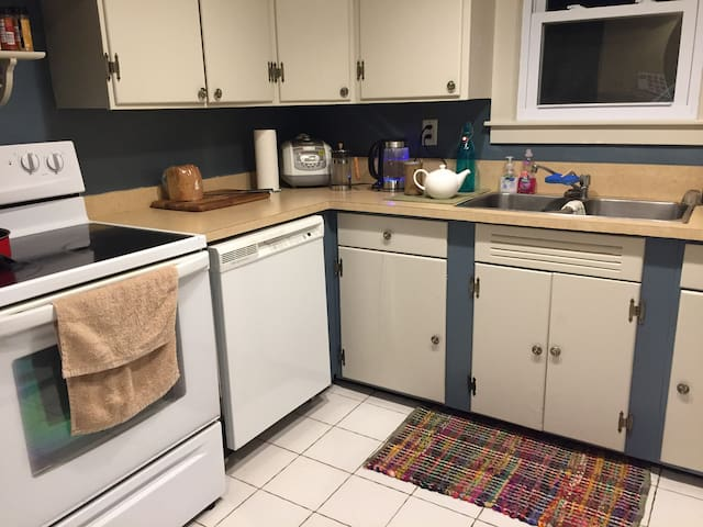 Cozy and Simple Beige Room in Beautiful Home - Binghamton - Haus