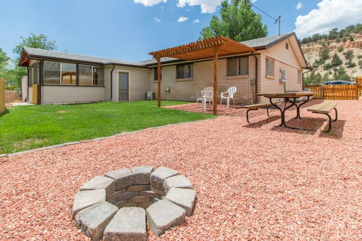 New this summer.  Mt Carmel Junction private home - easy access to Kanab, Zion National Park, Bryce Canyon and North Rim of the Grand Canyon... Also Pet Friendly / A/C