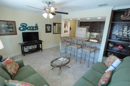 Steps-2-Beach 1BR/1Ba Condo; Pool; Sleeps 4; SS202