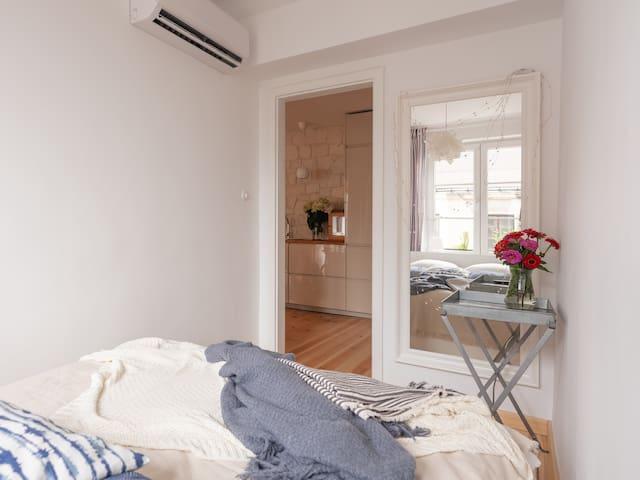 Sypialnia z podwójnym łóżkiem The bedroom