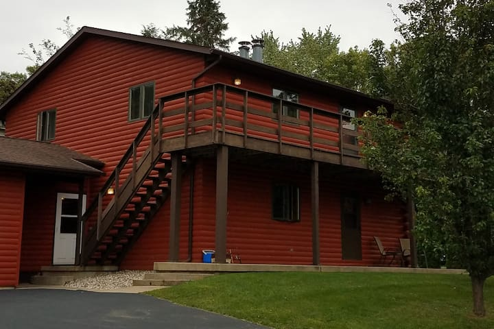 Beautiful Green Lake Log Town House (lower unit)