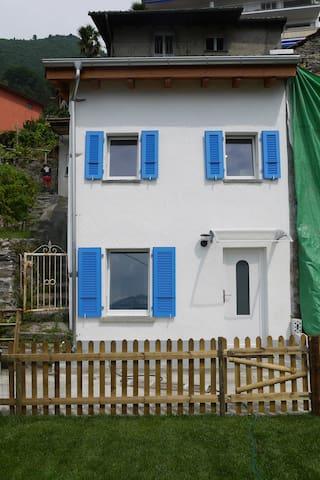 Casetta blu a Orselina con vista su Locarno