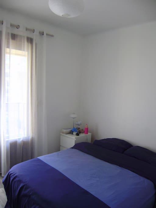 Chambre, lit double 140, bureau et grand placard, donnant sur la terrasse.
