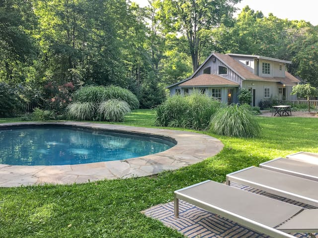 LUXURY CARRIAGE HOUSE: pool•AC•fireplace•walkable!