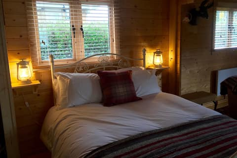 Cosy welcoming self contained log cabin. Sleeps 4