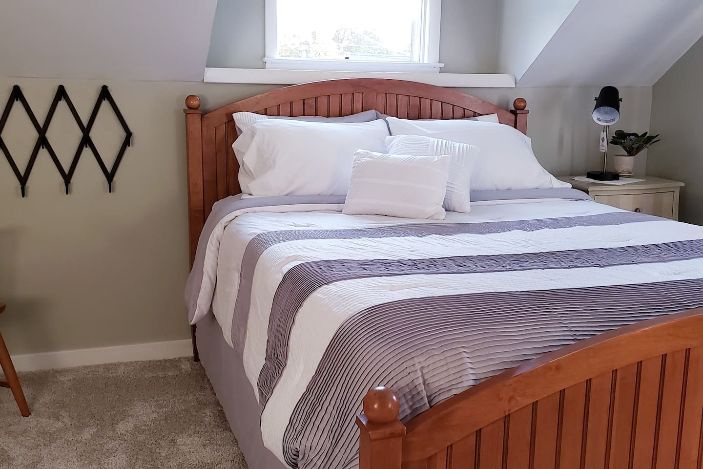 New carpet and fresh linens!  Cozy, clean and private.