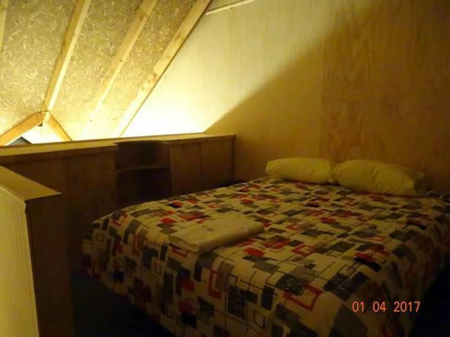 dormitorio matrimonial con vista al primer piso