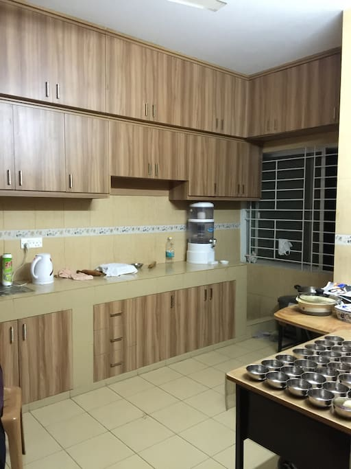 Fully equipped kitchen with freeze/deep freeze/microwave/stove