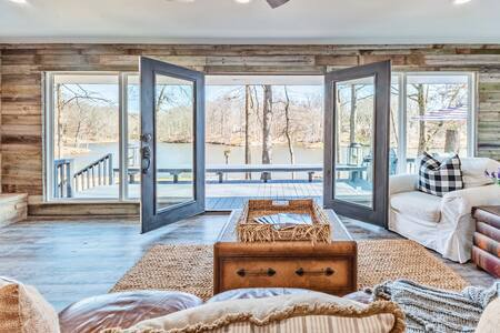 》Stunning Memphis Lake Front Home《