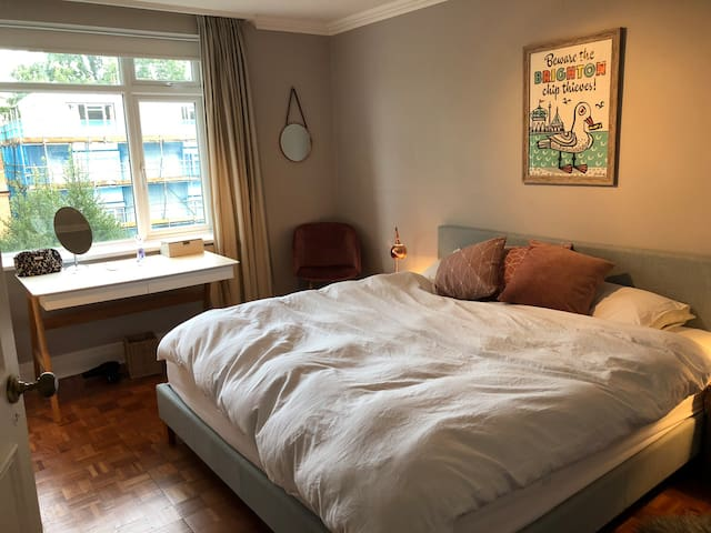 Stunning private room in 2 bed flat -superking bed