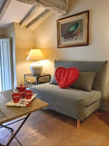 Cortona shabby chic house. Zona living. Divano letto (107×193)