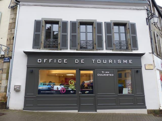 Office de tourisme sur la place du marché à 200m