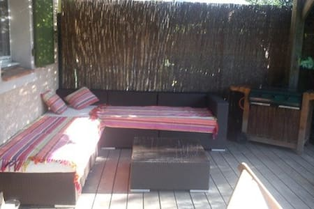 chambre avec terrasse dans res privée piscine - Eyguières - Haus
