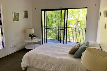 Cosy private room in beautiful Brisbane suburb