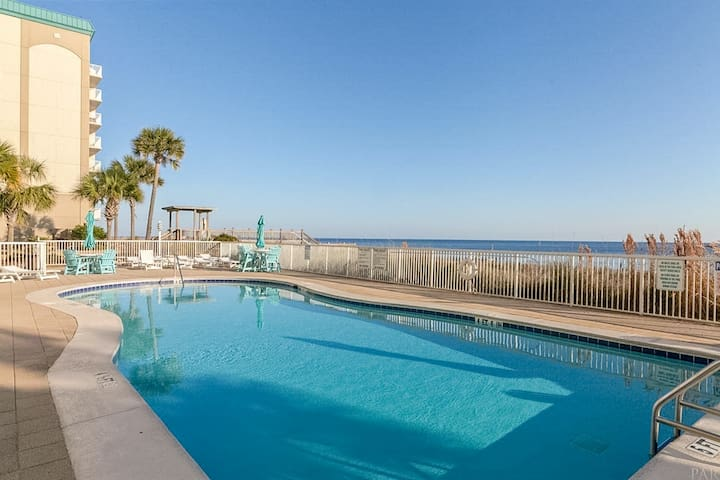 Beachfront condo w/ shared pools, hot tub, tennis, & fitness room