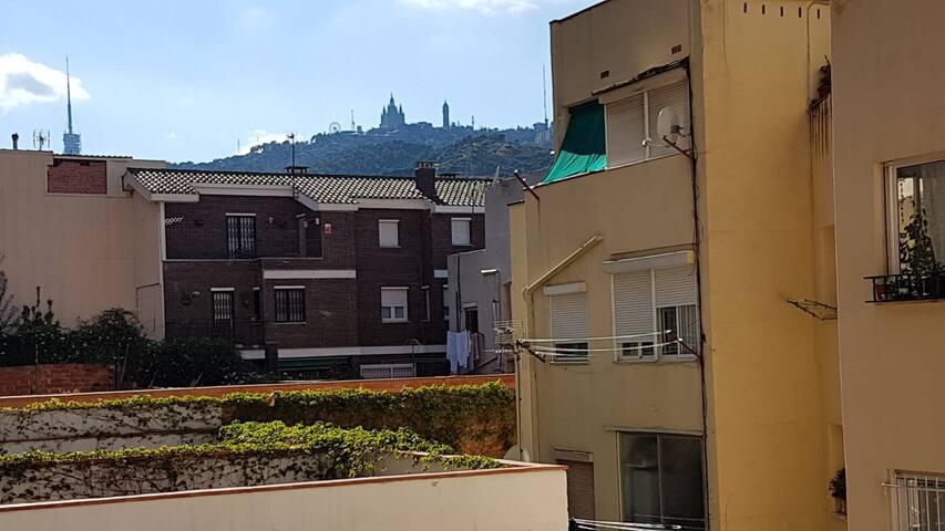 Habitación con vistas al Tibidabo desde el salon