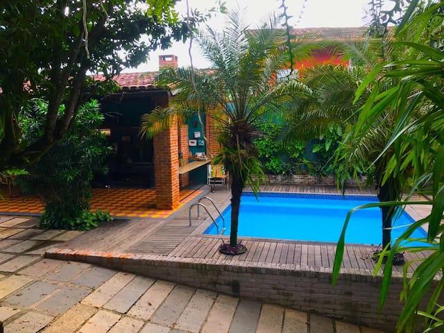 Praia Manguinhos casa quintal piscina churrasqueir