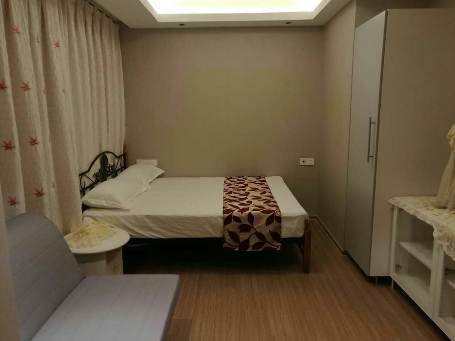 温馨的卧室,时刻体验家的温暖,备有储物大柜,电视柜,沙发床可以轻松满足一家三口的住宿需求