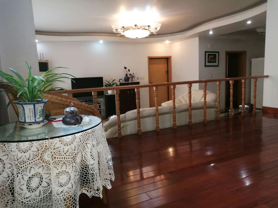 客厅错层休闲厅及饭厅有四十平方左右