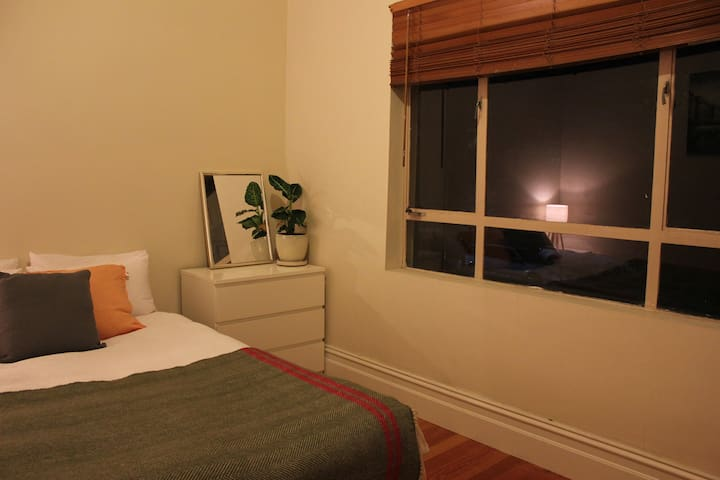 Bright sunny room - amazing Northcote location - Норткоут - Дом