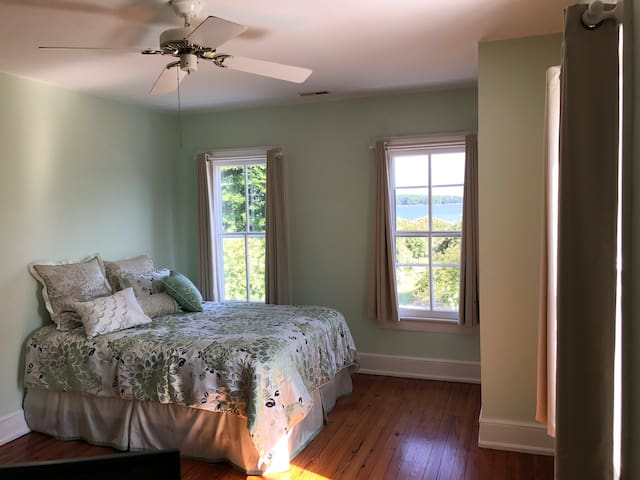 Upstairs Master Bedroom with Queen Bed