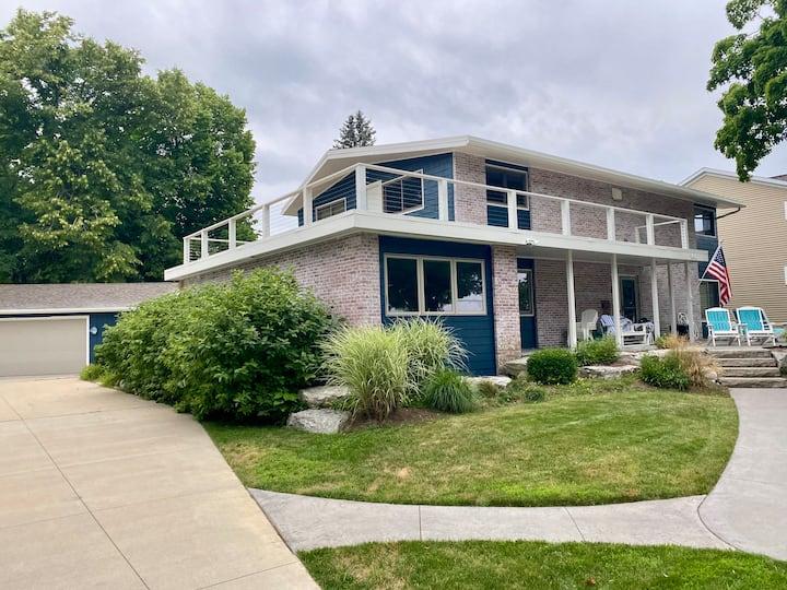 Raintree: A 1960's restored lake view beach house