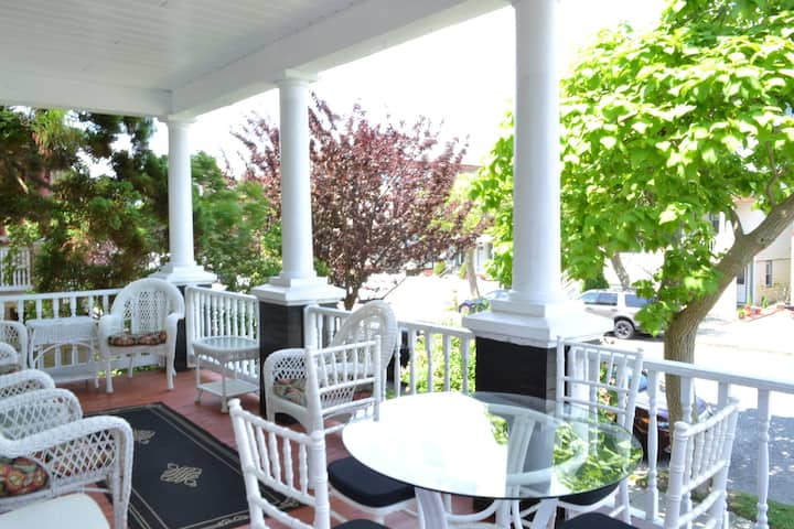 Spacious and Lovely, Updated Victorian Sleeps 18