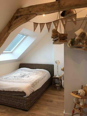 Chambre à l'étage lit 140cm