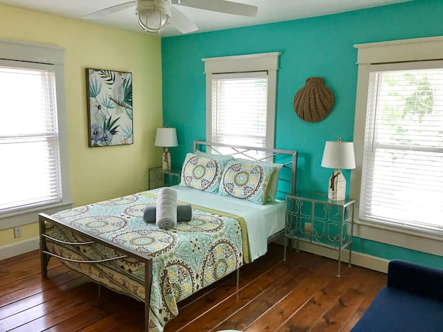 NEW!! Vintage Beachy Studio!!