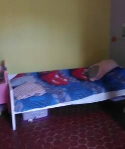 grande chambre au calme avec deux lits simples - Marseille - Reihenhaus