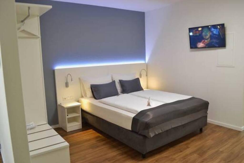 Schlafzimmer - Doppelbett mit Einbauschrank und TV