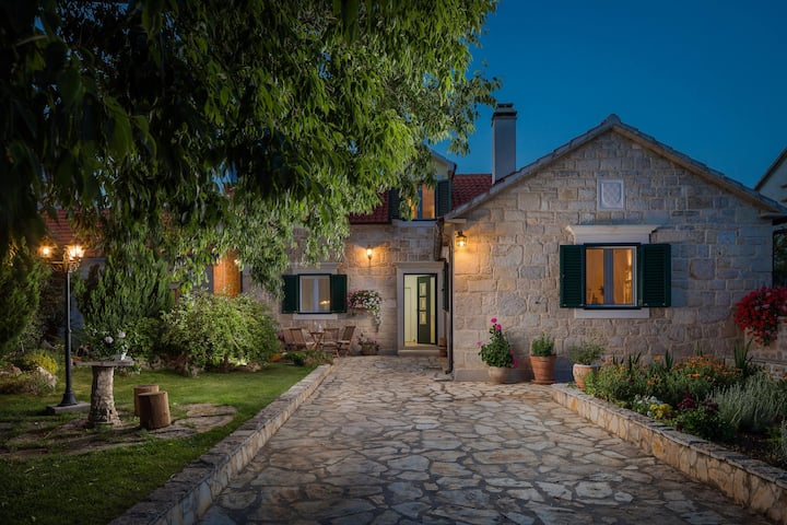 Charming villa with magical garden and pool