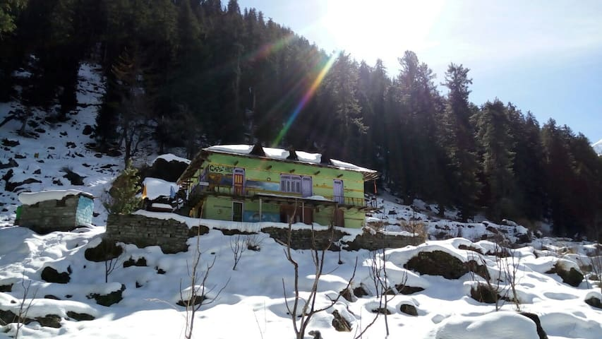 Guest house in Kalgha, base camp to Kheerganga! - Sosan - Bed & Breakfast