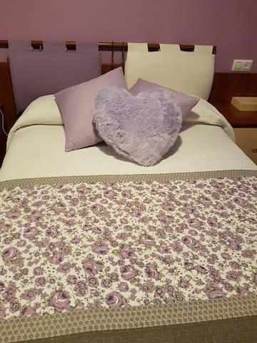 Habitación Lila, privada con cama de matrimonio.