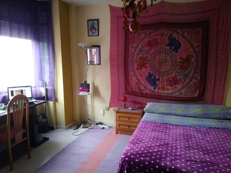 Dormitorio grande, con cama matrimonial, escritorio, TV. Muy luminosa