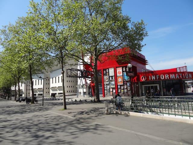 Métro Porte de Pantin devant l'Information à l'entrée du Parc de La Villette  Sud. Conservatoire Supérieur - batiment blanc , à gauche.