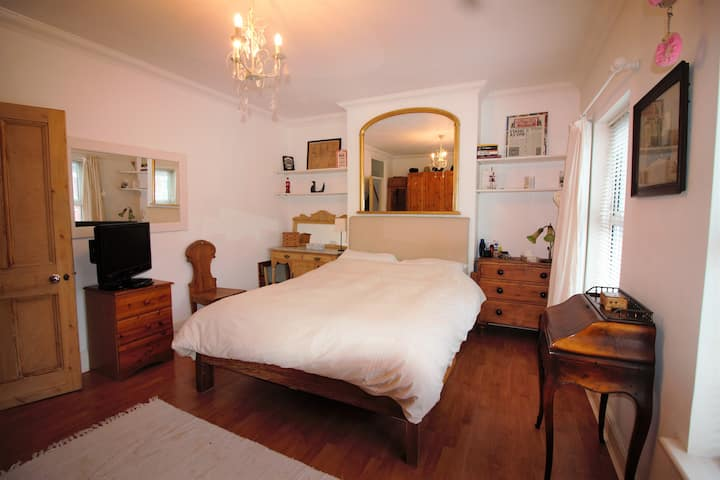 King Size Room Luton Town Centre Airport