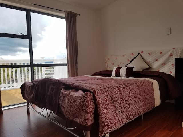 New large room with view balcony in Auckland宽敞新房套间