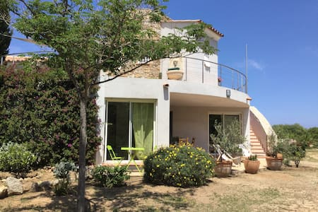 Dans villa avec grand jardin