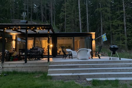 Scandi lakeside cottage with private jetty & sauna