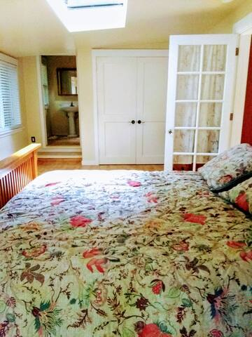 Private suite, redwood cottage near Point Reyes