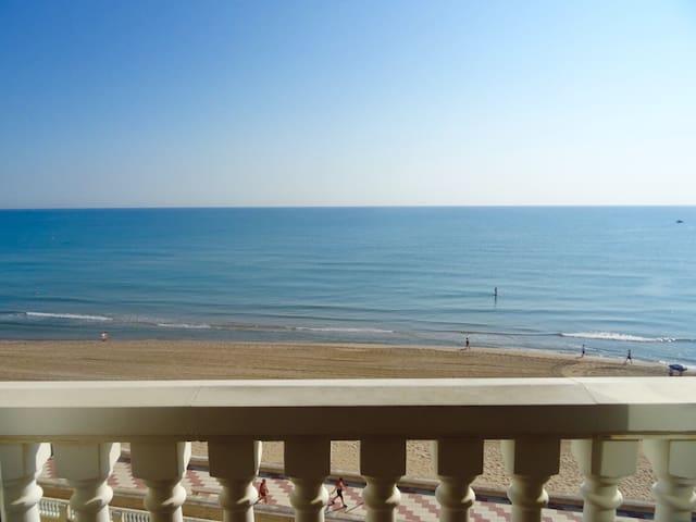 Ático en primera línea de playa + piscina + Wifi
