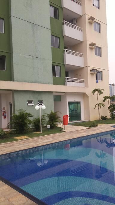 Área externa do prédio com área de lazer do condomínio fechado
