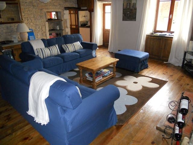 Charming, well-equipped cottage with heated pool